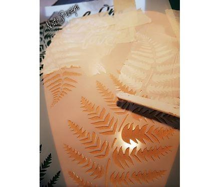 Modelliermasse auf Schablone verteilen