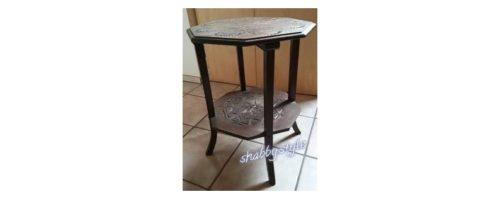 Tisch aus dunklem Holz